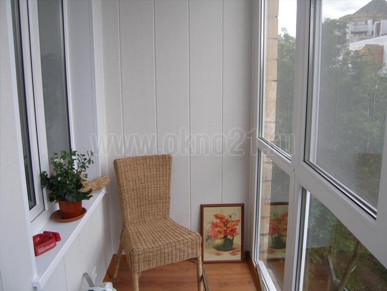 Фото дизайна балконов внутри с панорамным стеклопакетом..